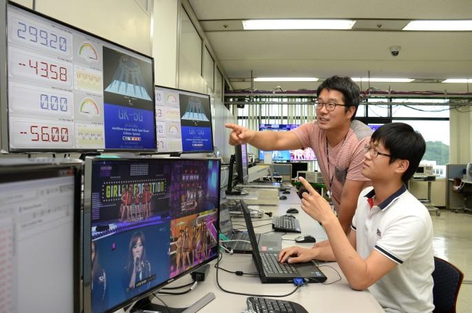 연구팀이 밀리미터파 통신기술을 시연해 보이고 있다 - 한국전자통신연구원 제공